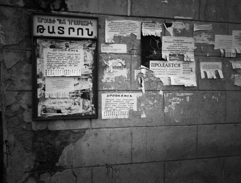 թատրոնի վահանակը ու տուն վաճառելու հայտարարությունները Ստեփանակերտ, Արցախ