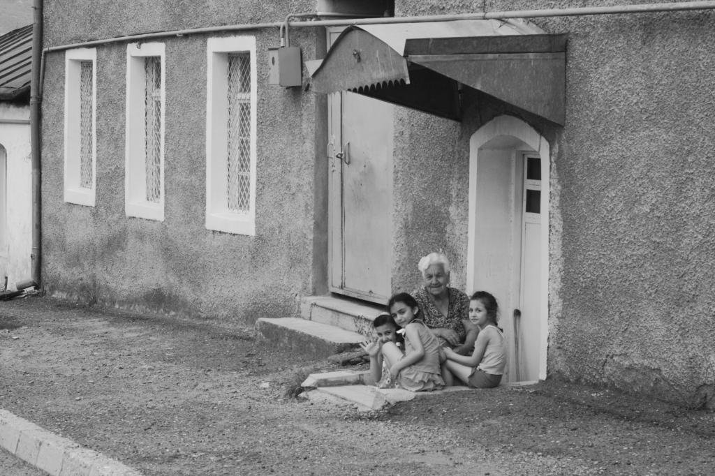 տատիկ եւ աղջիկներ